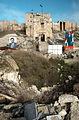 アレッポ城の正面の門前には大きな砲撃の穴が残る。両脇にはアサド大統領の写真が掲げられていた=10日午後、アレッポ、矢木隆晴撮影