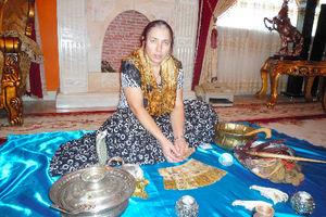 写真:呪術で使う道具について説明するチレシカさん=ブカレスト、玉川透撮影