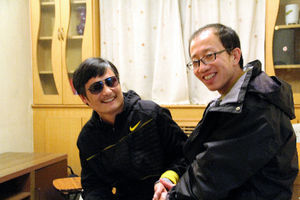 写真:北京に脱出した後、面会した陳光誠氏(左)と胡佳氏。服役や軟禁を経験した両氏が会うのは7年半ぶりだった=関係者提供