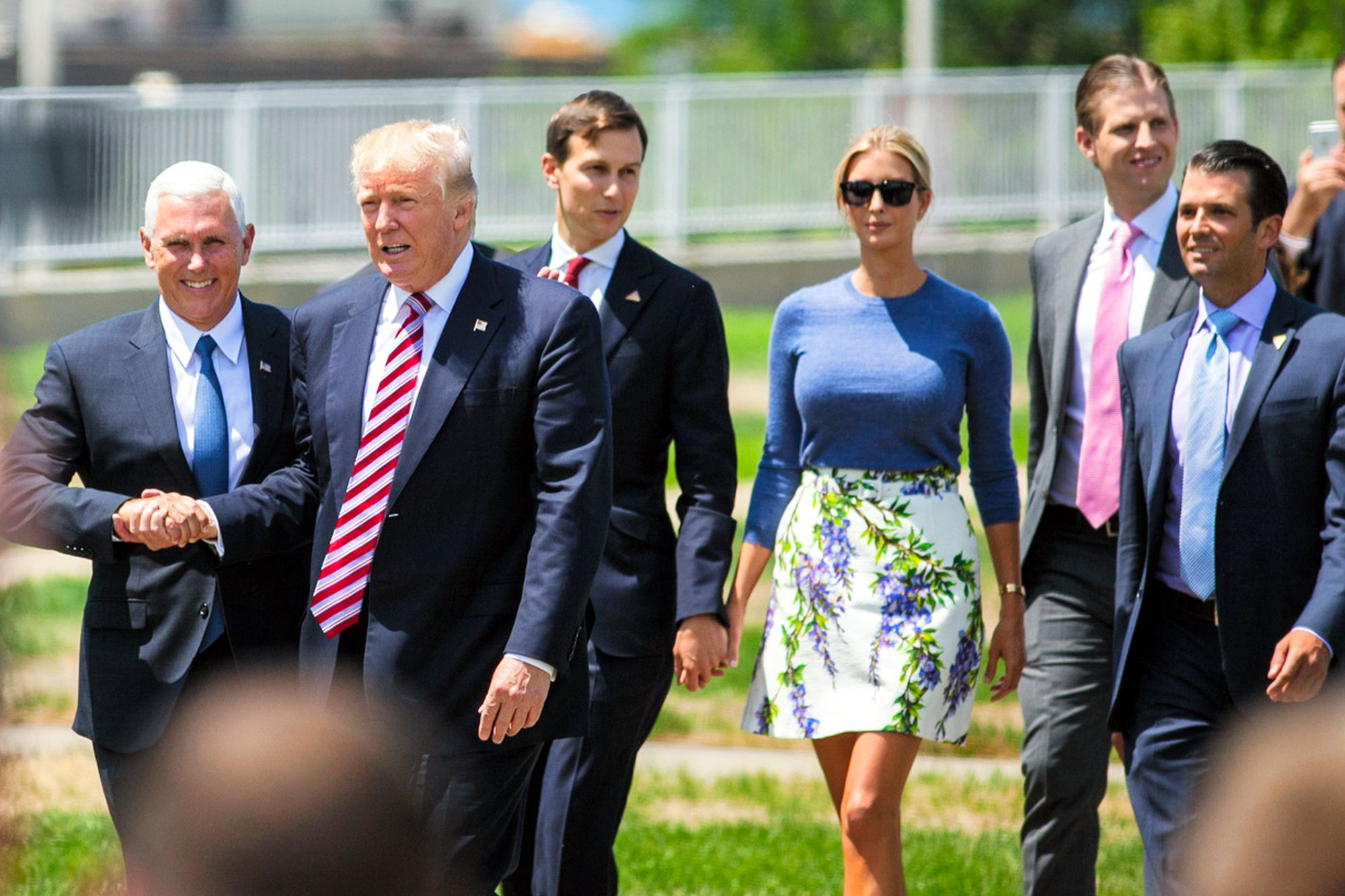【トランプ・ファミリー】トランプ氏と握手するペンス副大統領(左)。そのすぐ後ろには、娘のイバンカ氏と手をつなぐ夫クシュナー氏が続く。今では、これからの米国政治の行方のカギを握る人物たちだ=7月20日、オハイオ州、ランハム裕子撮影
