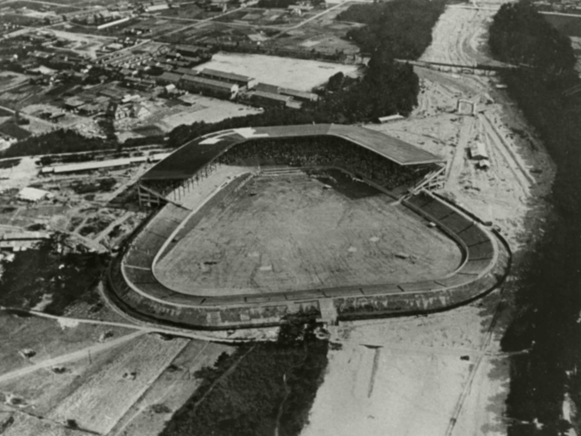 1924年、完工した甲子園球場