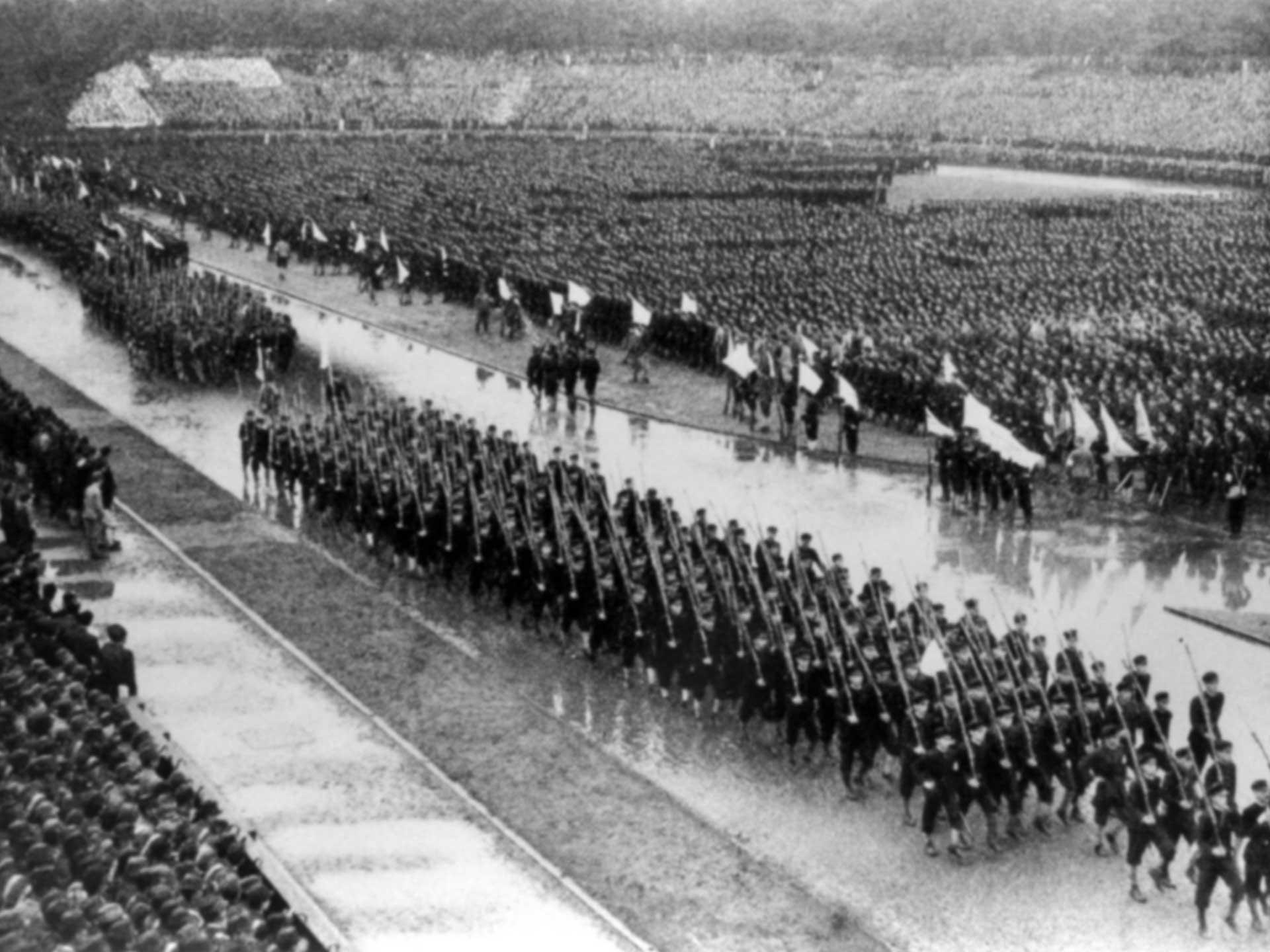 1943年、太平洋戦争中に明治神宮外苑で行われた出陣学徒の壮行会