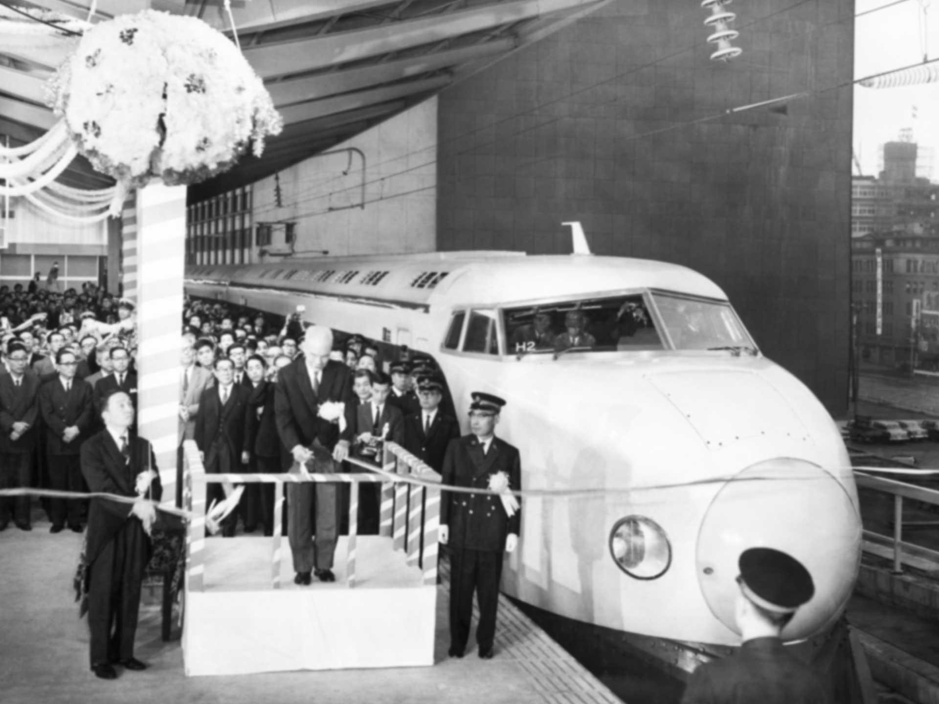 1964年、東海道新幹線が開業しテープカットで東京駅を発車する一番列車「ひかり1号」