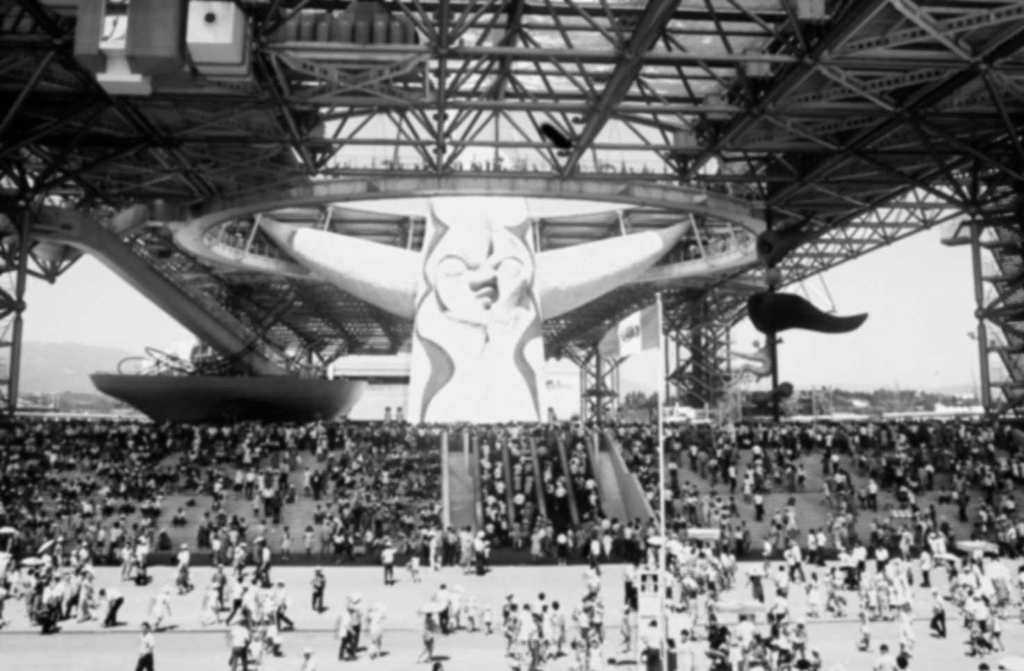 1970年、大阪万博のお祭り広場の大屋根と、それを突き破る太陽の塔