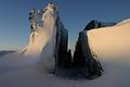 """大岩が割られたような「胎内くぐり」。昭和基地のある東オングル島の""""名所"""""""