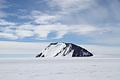 氷原に現れた巨大な岩・ロムナエス