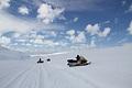 広大な氷原を駆けめぐる観測隊の足はスノーモービルだ