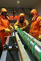 長さ12メートルもある掘削ドリルで氷を掘る