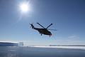 観測船「しらせ」には2機の大型ヘリコプターが搭載されている