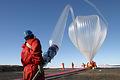 上空35キロまで上がると直径70メートルにもふくらむ大気球