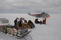 ドームふじ基地から1000キロ、雪上車で運んで来た荷物を受け取り、ヘリコプターは「しらせ」へ