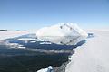 鏡のような海に浮かぶ氷山