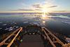 白夜の海 深夜でも太陽が見える夏。白夜に南極海が輝く