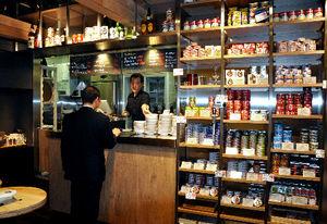 :約40種類の缶詰が棚にずらりと並ぶ=千代田区神田花岡町