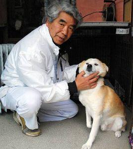 写真:馬場国敏さん(左)が福島県川内村で保護した雄犬は「ウッチー」と命名。右の前脚が悪く、3本足で生き抜いていた=川崎市中原区