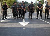 リオ五輪の開会式を控えマラカナン競技場に続く道は警察によって各所で封鎖されていた=5日、ブラジル・リオデジャネイロ、竹花徹朗撮影