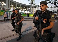リオ五輪開会式を控え、マラカナン競技場付近は警備が強化されていた=5日、ブラジル・リオデジャネイロ、竹花徹朗撮影