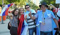 マラカナン競技場前で開場を待つ人たち=5日、ブラジル・リオデジャネイロ、竹花徹朗撮影