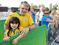 マラカナン競技場前で開場を待つ親子=5日、ブラジル・リオデジャネイロ、竹花徹朗撮影