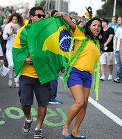 ブラジル国旗を手にマラカナン競技場に向かう人たち=5日、ブラジル・リオデジャネイロ、竹花徹朗撮影
