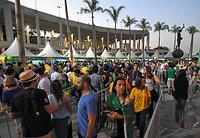マラカナン競技場前には入場を待つ長い列ができていた=5日、ブラジル・リオデジャネイロ、竹花徹朗撮影