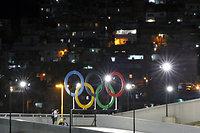 開会式を控えたマラカナン競技場に設置された五輪マークの向こうには、ファベーラの明かりが広がっていた=5日、ブラジル・リオデジャネイロ、林敏行撮影