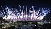 リオ五輪の開会式で、マラカナン競技場から花火が打ち上げられた=竹花徹朗撮影