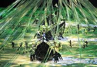 ブラジルに渡来したポルトガル人の船をイメージした演出が披露された=長島一浩撮影
