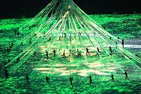 先住民の住居をイメージした演出が披露された=長島一浩撮影