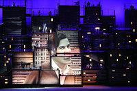 作曲家でボサノバの創設者といわれるアントニオ・カルロス・ジョビンの映像が投影された=長島一浩撮影