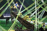 ブラジルに渡来したポルトガル人の船をイメージした演出が披露された=林敏行撮影