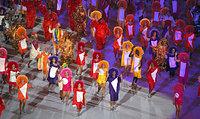 色とりどりの衣装に身を包んだダンサーが登場した=樫山晃生撮影