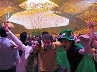 ステージを背に盛り上がる観客ら=長島一浩撮影