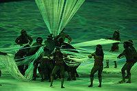 先住民の住居をイメージした演出が披露された=林敏行撮影