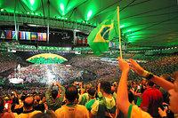 地元ブラジル選手団が入場し、盛り上がる観客席=長島一浩撮影