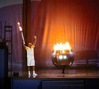 最終ランナーとして聖火台に点火したアテネ五輪男子マラソン銅メダルのバンデルレイ・デリマさん=長島一浩撮影