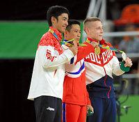 表彰式で銅メダルを掲げる白井健三(左)=長島一浩撮影