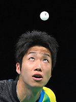 男子団体準決勝の第2試合で、サーブで投げ上げたボールを見る水谷隼=竹花徹朗撮影