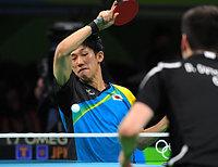 男子団体準決勝の第1試合で、ショットを放つ吉村真晴=竹花徹朗撮影