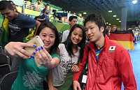 決勝進出を決め、ファンとの記念撮影に応じる水谷隼(右)=竹花徹朗撮影