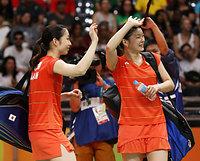 女子ダブルスの準決勝進出を決め、スタンドに手を振る高橋礼華(右)、松友美佐紀組=林敏行撮影