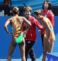 デュエット予選TRの演技を終えた乾友紀子と三井梨紗子に笑顔で声をかける井村雅代コーチ(左から2人目)=西畑志朗撮影