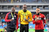 男子100メートルの表彰式でメダルを手に笑顔をみせる(左から)ジャスティン・ガトリン、ウサイン・ボルト、アンドレ・デグラッセ=諫山卓弥撮影