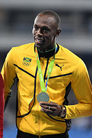 男子100メートルの表彰式で金メダルを手に笑顔を見せるウサイン・ボルト=諫山卓弥撮影