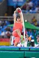 男子棒高跳び1回目の跳躍で5メートル50に成功した沢野大地=諫山卓弥撮影