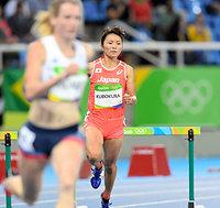 女子400メートル障害で予選敗退した久保倉里美(右)=諫山卓弥撮影