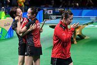 女子団体で銅メダルを獲得して抱き合う石川佳純(左)と伊藤美誠。福原愛(右)は涙を流し、顔を覆った=竹花徹朗撮影