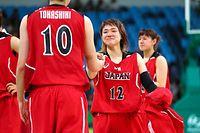 準々決勝で米国に敗れ、晴れやかな表情で渡嘉敷(10)と握手する吉田(12)=林敏行撮影