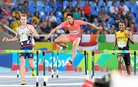 男子400メートル障害準決勝で敗退した野沢啓佑(中央)=諫山卓弥撮影