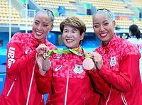 デュエットで獲得した銅メダルを井村雅代コーチ(中央)にかける乾友紀子(左)と三井梨紗子=西畑志朗撮影